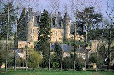 Dominant de son éperon rocheux la vallée de l'Indrois, le château de Montrésor est une des nombreuses forteresses construites par Foulque Nerra au XIe siècle. Les visiteurs peuvent admirer la vue imprenable sur les maisons de Loches et de Montrésor.