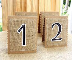 Tu puedes diseñar los numeros de las mesas de una forma original