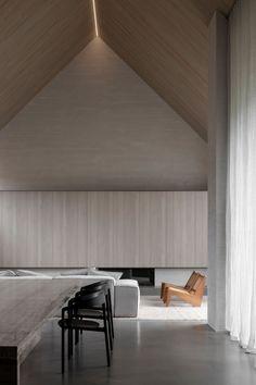 Adam Kane Architects a donné une nouvelle vie à un cottage délabré en bord de mer, à Barwon Heads en Australie. Il l'a transformé en une maison contemporaine grâce à une compréhension profonde du sens de l'espace. La façade et le toit ont été restaurés et entièrement peints en noir permettant à l'ensemble de se fondre subtilement dans cette rue en bord de mer. En entrant dans la maison, l'intérieur lumineux est immédiatement présent et soigneusement contrasté par des teintes plus sombres… Interior Architecture, Modern Architecture House, Beautiful Architecture, Interior Design, Home Living Room, Living Area, Balance Design, Minimal Home, Cottage