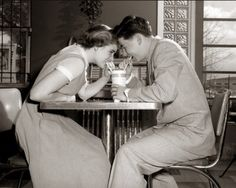 Shared by Vintage. Find images and videos about love, boy and vintage on We Heart It - the app to get lost in what you love. Vintage Diner, Vintage Love, Vintage Couples, 1950s Diner, Vintage Kiss, Retro Diner, 1960s, Romance Vintage, Pin Up