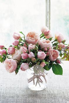 Pretty in pink - This may be my favorite bouquet I've seen.even though its more an arrangement than a bouquet. Rosas David Austin, David Austin Rosen, David Austin Roses Bouquet, Fresh Flowers, Pink Flowers, Beautiful Flowers, Pink Peonies, Pink Roses, Pale Pink