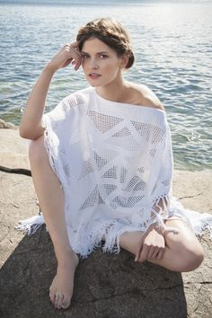 Summer White poncho with fringe, tied in a single canvas. Filet Crochet, Crochet Cover Up, Knit Crochet, Blusas Top, White Poncho, Lace Patterns, Sweater Design, Crochet Cardigan, Shawls And Wraps