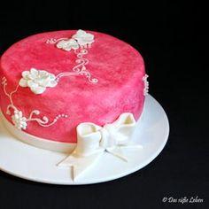 Pinke Geburtstagstorte mit Schleife