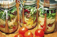 Veja como é fácil e praticado montar a sua salada no pote de vidro em camadas. Quando você virar no prato, vai ver a magia acontecer.