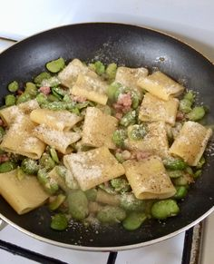 Paccheri alle fave pancetta e pecorino Home Recipes, Pasta Recipes, Cooking Recipes, Italian Dishes, Italian Recipes, Rigatoni, Cafe Food, My Favorite Food, Food And Drink
