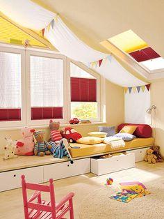 """<p/><p><h2>Clevere Wohnideen für Ihre Dachschräge</h2></p><p/><p><b>Kinderparadies</b></p><p>Mit bunten Wimpeln und einer Leinenstoffbahn unter der Decke verwandeln Sie das <b> <a href=""""/artikel/1585153/ansicht.html"""">Kinderzimmer</a> </b> ohne großen Aufw"""