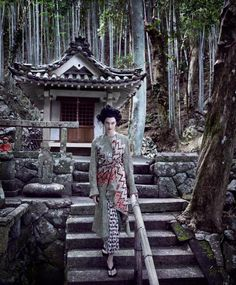 Karlie Kloss stars as a Geisha for the March 2017 issue of Vogue magazine, shot by Mikael Jansson and styled by Phyllis Posnick in Japan& Ise-Shima National Park. Karlie Kloss by Mikael Jansson for Vogue US& Karlie Kloss, Vogue Photo, Vogue Us, Hannah Murray, Shopping In Italy, Cultural Appropriation, Mode Editorials, Fashion Editorials, Japanese Hairstyle