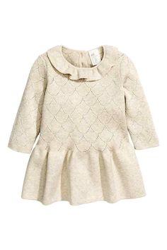 Sukienka z cienkiej dzianiny: EKSKLUZYWNA KOLEKCJA DLA NIEMOWLĄT/CONSCIOUS. Dzianinowa sukienka o drobnym, ażurowym splocie z miękkiej bawełny ekologicznej. Falbanka wokół szyi, zapięcie na karku, u dołu falbana o gładkim ściegu.