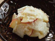 大根とりんごのべったら漬け風 大根 4cm(100g) ・りんご 1/4コ ・甘酒 (市販) 大さじ4 *こうじでつくったもの。 ・塩 小さじ1