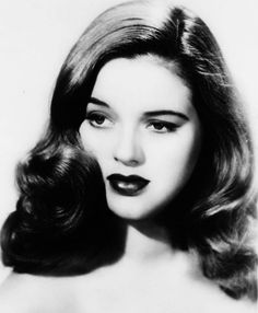 Vintage Hairstyles A portrait of a very young Diana Dors, c. Look Vintage, Vintage Glamour, Vintage Beauty, Vintage Makeup, Diana Dors, Pelo Retro, 3 4 Face, 1940s Hairstyles, Wedding Hairstyles