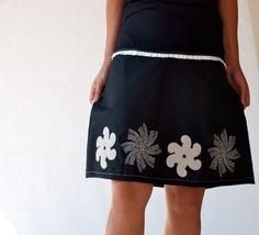 La jupe est réalisée dans un coton stretch noir, Ligne légèrement évasée,  Grands motifs de fleurs are soigneusement brodé sur le bas de la jupe ,  La