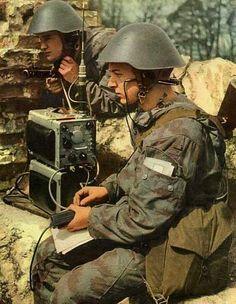 NVA Soldaten am Funk im Flächentarn und Helm m56