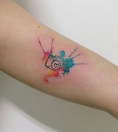 Beliebte Tätowierungen 2019 Popular Tattoos 2019 The days when tattoos looked similar and lacked in color are long gone. Today, you can create a palette of brightest colors and ver … Tattoo Designs Little Tattoos, Mini Tattoos, Small Tattoos, Small Colorful Tattoos, Finger Tattoos, Body Art Tattoos, Tattoo 2016, Tattoo Life, Kamera Tattoos