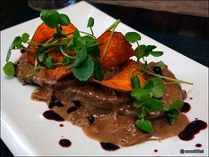 Lengua en salsa de avellanas Chilean Food, Chilean Recipes, Beef, Gastronomia, Chili Recipes, Cooking, Sauces, Meat, Steak