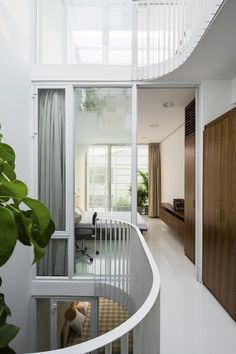 A D-shaped atrium featuring tropical planting fills with natural light the core of this narrow house in Ho Chi Minh City that is just metres wide. Interior Stairs, Home Interior Design, Interior And Exterior, Contemporary Architecture, Interior Architecture, Ho Chi Minh, Compact House, Pierre Jeanneret, Narrow House