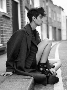 Black and White skinny b&w Model london short hair pale fashion model nyfw androgyny tomboy pale skin andro girl pale girl pale model androgynus Androgynous People, Androgynous Models, Androgynous Fashion, Tomboy Fashion, Androgynous Clothing, Queer Fashion, Tomboy Style, Tomboy Outfits, Emo Outfits