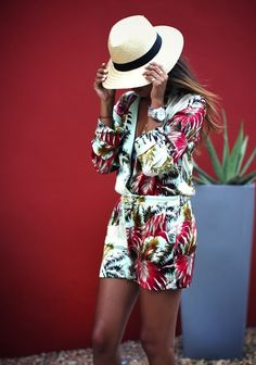 Totally in this summer, the tropic print in this romper make a great balance for sport-chic. Complete the oufit with THE accessory of the summer the fedora hat !! Voilaa!!