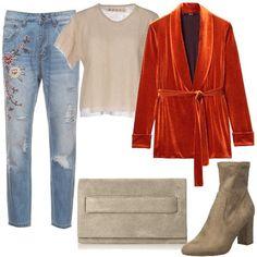 Protagonista+di+questo+look+è+la+giacca+in+velluto+liscio+con+il+collo+a+scialle+da+chiudere+con+la+cintura+da+annodare+in+vita,+in+abbinamento+il+pullover+a+maniche+corte+di+maglia+leggera.+I+jeans+sono+a+vita+alta,+hanno+strappi+e+ricami+floreali,+la+lunghezza+a+7/8+è+perfetta+per+gli+stivaletti+in+pelle+con+tacco+a+blocco.+Pochette+con+tracolla+staccabile+.