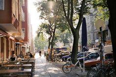 Simon-Dach-Straße og området omkring Boxhagener Platz i Friedrichshain, Berlin. Masser af restauranter og hyggelige caféer.