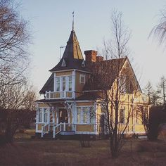 This is one of my dream houses - I call it the Pipi Longstocking house. It's in our village near Leksand. It used to be rather run down but now they did a huge paint job and it looks great. Imagine this house in pink  A bit like @studiolisabengtsson s house that I also adore