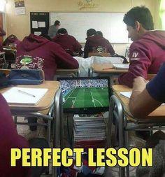 Chłopaki grają w gry FIFA i PES podczas trwania lekcji • Tak wygląda idealna lekcja w szkole • Śmieszne zdjęcia i filmy • Zobacz >>