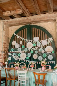 absolute perfection and #beautiful #diy backdrop in mint captured by Britta Schunck #venue #wedding #vintage #papergoods #pretty Vintage inspiriertes Hochzeitsvergnügen im Schloss Bollschweil von Britta Schunck