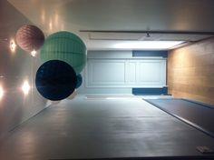 Couloir et suspensions boules japonaises les lumi res sont incrust es au pl - Suspension 3 boules japonaises ...