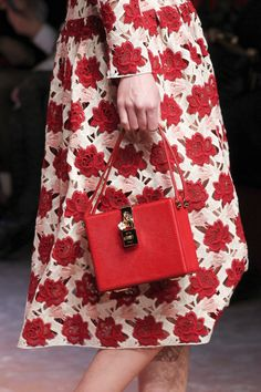 Défilé Dolce & Gabbana Automne-Hiver 2015-2016 42 тоже сумка почти подо все и на каждый день (с вашим красным платьем, с вашим сарафаном с открытой спиной, с джинсами, с белыми брюками, с чёрными)