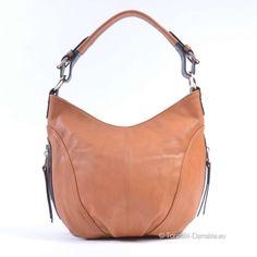 Zdjęcie torebki w modnym odcieniu koloru brązowego - jasna barwa (piaskowiec). Z trzema kieszeniami zewnętrznymi, dwoma po bokach #torebki #moda