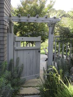 What a Landscape Architect Plants at Home Love the trellis! Garden Secrets: What a Landscape Architect Plants at Home GardenistaLove the trellis! Garden Secrets: What a Landscape Architect Plants at Home Gardenista Backyard Gates, Garden Gates And Fencing, Backyard Landscaping, Driveway Fence, Landscaping Ideas, Low Fence, Front Fence, Lattice Fence, Pool Gates