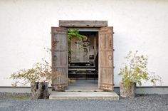 "It's just the heavy wooden doors that are left open. The Chinese character on the short curtain behind the door says ""Dream"". This is a pottery gallery/shop in Mashiko, Japan Pottery Shop, Pottery Art, Modern House Design, Modern Interior Design, Home Design, Exterior Doors, Interior And Exterior, Porch Styles, Porch Garden"