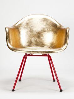 De 'doodnormale' Eames kuipstoel kreeg speciaal voor deze versie een gouden jasje én rode poten
