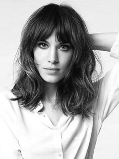20 different long bob with bangs. Lob haircut and hairstyles. Best bob and lob… chung Haar Pony Wavy Bob Long, Long Bob With Bangs, Long Bob With Fringe, Wavy Lob, Mid Length Hair With Bangs, Long Bobs, Full Bangs Round Face, Long Curly, Shoulder Length Hair Bangs