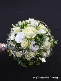 Brautstrauß in weiß und grün mit Rosen, Eustoma, Schleierkraut und Alchemilla, Perlen und etwas Efeu