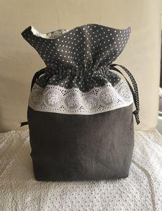 Pochon shabby en lin et dentelle : Etuis, mini sacs par realisa Fabric Gift Bags, Diy And Crafts, Pouch, Tote Bag, Sewing, Knitting, Crochet, Vintage, Shabby