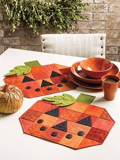Autumn Quilt Patterns - The Patchwork Pumpkin Quilted Table Runner pattern is perfect for autumn. Plus, this easy quilting project is great for using up fabric scraps! Halloween Placemats, Halloween Table Runners, Halloween Quilts, Halloween Crafts, Halloween Decorations, Table Runner And Placemats, Table Runner Pattern, Quilted Table Runners, Patchwork Quilt