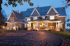 This is kind of how I envisioned my dream house, mainly the circle driveway with a tree and some flowers in the middle. I would probably put more bushes and flowers in the front of the house though. Exterior Tradicional, Craftsman Exterior, Craftsman Style, Exterior Homes, American Craftsman, Circular Driveway, Gravel Driveway, Traditional Exterior, Traditional Homes