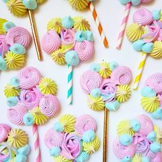 Meringue pops idea✌️ Photo from - Here they are all baked and sprinkled with glitter 💖 - Meringue Pavlova, Meringue Desserts, Meringue Cookies, Cakepops, Sugar Eggs For Easter, How To Make Meringue, Lollipop Recipe, Frosting Flowers, Birthday Party Treats