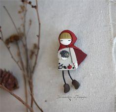 Купить Люси. Брошь - серый, красный, девочка с ежиком, брошь девочка, брошь из полимерной глины