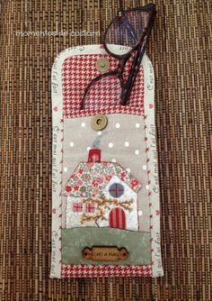 Applique glasses case x Quilted Bag, Quilted Gifts, Hobbies And Crafts, Diy And Crafts, Quilting Projects, Sewing Projects, Quilt Patterns, Sewing Patterns, Glasses Case