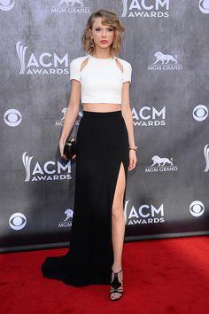 Taylor Swift Academy Of Country Music Awards celebrados en Las Vegas, Taylor Swift lució cropped top blanco con aberturas en los hombros y falda con abertura negra, ambos de J. Mendel, así como las sandalias Trikini de Casadei, joyas de Jennifer Fisher y Marina B, y un clutch de la firma M2Malletier.