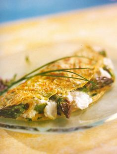 Omelet with Asparagus and Goat Cheese - South Beach Diet Recipe Asparagus And Mushrooms, Asparagus Recipe, Diet Recipes, Cooking Recipes, Healthy Recipes, Egg Recipes, Asian Chicken Salads, Healthy Brunch, Breakfast Healthy