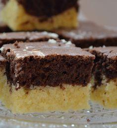 Bögrés terefere szelet, Olcsó, gyors, hétköznapi sütemény kávé vagy tea mellé! Hozzávalók: – háromnegyed bögre olvasztott margarin (vagy vaj), megfelel 15 dkg-nak – 1 bögre cukor – 3 bögre liszt – 1 csomag sütőpor – 2 tojás – 2 evőkanál kakaópor (nálam holland) – 1 bögre tej Sweet Desserts, No Bake Desserts, Sweet Recipes, Dessert Recipes, Hungarian Desserts, Hungarian Recipes, Torte Cake, Cake Bars, Sweet Cookies