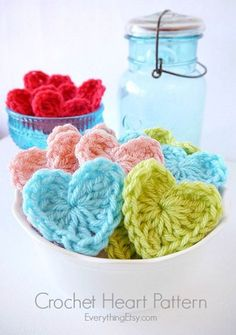 Try this easy DIY crochet heart pattern and 17 other crochet patterns for beginners. Crochet Diy, Beau Crochet, Crochet Mignon, Crochet Simple, Stitch Crochet, Crochet Bows, Quick Crochet, Single Crochet Stitch, Learn To Crochet