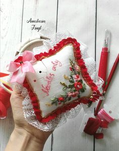 Ideas Embroidery Patterns Vintage Shabby Chic Embroidered Pillows For 2019 Embroidery Leaf, Embroidery Monogram, Machine Embroidery Patterns, Hand Embroidery Designs, Vintage Embroidery, Applique Tutorial, Shops, Machine Embroidery Projects, Embroidery For Beginners