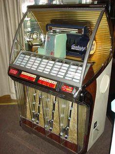 Juke box ,La maquina de musica, estaba en los bares...yo lo conoci, pero creo que esto era mas de los 70, s