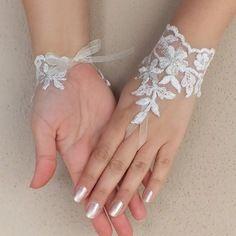 Romantique dentelle blanc  gants. des gants uniques, gants de mariée, gants de mariée, des gants de dentelle,