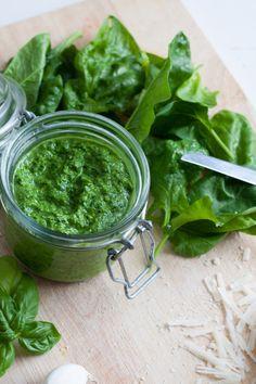 Das Spinat Basilikum Pesto ohne Nüsse ist in 5 Minuten fertig und herrlich würzig - kochkarussell.com