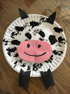 Paper plate cow project Materials: Paper plate, sponge, black paint, black marker, pink paper, googley-eyes, black sticky tape/black paper, glue, scissors Farm Animals Preschool, Farm Animal Crafts, Farm Crafts, Animal Crafts For Kids, Daycare Crafts, Classroom Crafts, Preschool Crafts, Physics Classroom, Toddler Art