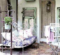Lit de jardin en fer forgé pour patio ou terrasse de style champêtre chic